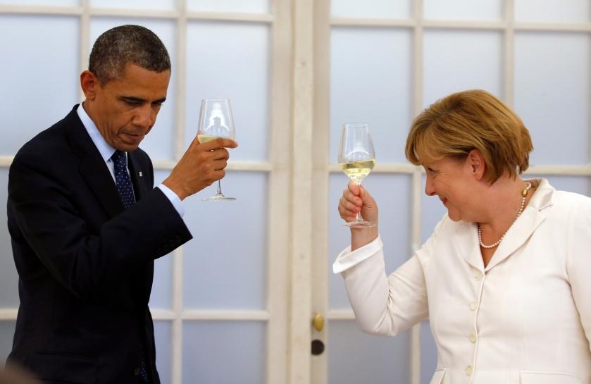 obama-and-merkel-champaign